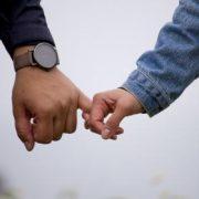 בחור ובחורה נותנים יד בזוגיות
