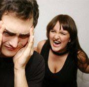 אשה כועסת קצר בתקשורת